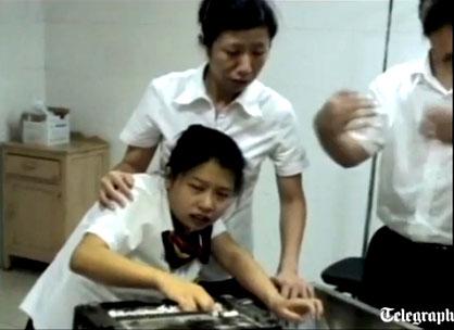 สยอง หญิงจีน เครื่องตัดกระดาษ หนีบนิ้ว หวิดขาด