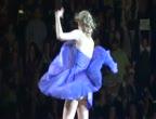 คลิป ว้าว! นักร้องสาว โชว์ก้นขาวๆบนเวที (Taylor Swift กระโปรงเปิด)