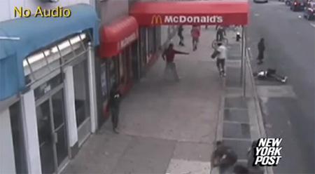 นาทีระทึก โจ๋มะกัน ดักยิง กลางถนน นิวยอร์ค