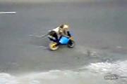 คลิป ลิงน้อย ขี่มอเตอร์ไซด์ บนถนน