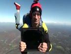 ไอแพดสุดทน โดดร่มโยนไอแพดจากฟ้าสูง1,300 ฟุต