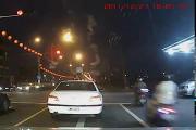 คลิป ขับมอเตอร์ไซค์ฝ่าไฟแดง ชนรถเก๋งกระเด็นยับ