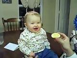 คลิป หน้าตาเด็กทารก กับการกินมะนาวเป็นครั้งแรก น่ารักมาก