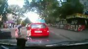 รถชนคนข้ามถนน รถชนเด็ก พ่อจูงลูกข้ามถนน ข้ามถนน รถชนคน ประมาท กล้องวงจร