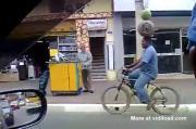 อาบัง  อินเดียโชว์ การตั้งถังก๊าซและแตงโมบนหัว ขณะปั่นจรักยาน