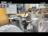 คลิป เจ่ง!เด็ก5ขวบที่จีน ขับรถแทรกเตอร์ทำงาน ได้เหมือนผู้ใหญ่