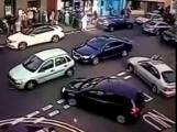 คลิป วินาทีเฉียดตาย! หญิงหวิดดับหลังถูกรถชนอัดก๊อบปี้ 3 คัน