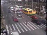 คลิป สุดสยอง แม่พาลูกข้ามถนน โดนรถเมล์ชนจนตัวปลิว