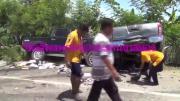 หนุ่มซิ่งรถกระบะแหกโค้งข้ามเลนพุ่งชนประสานงากระบะ 2 สามีภรรยาสุดซวย ถูกอัดก็อบปี