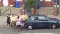 คลิป จับโซฟายัดใส่ท้ายรถ ท่าไหนก็เข้าไม่ได้หรอกเจ๊!