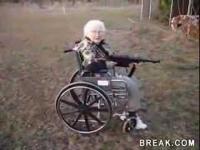 คลิป คุณย่าขาโหด ซ้อมยิงปืนแม้นั่งรถเข็น