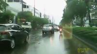 นักเรียน-นักเลงไล่ปิดถนนไล่ตีกันกลางสายฝน ไม่แคร์สายตาชาวบ้านราวกับในหนังมาเฟีย