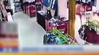 หนุ่มจีนรายหนึ่งอยู่ในอาการเมาหลังเพิ่งทะเลาะกับภรรยา บันดาลโทสะราดน้ำมันจุดไฟเผาห้างในมณฑลเหอหนานจน
