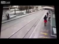 รถตู้โจรก่อการร้ายขับชนคนเดินทางเท้าอย่างไม่คิดชีวิต