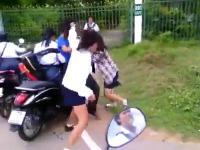 เด็กนักเรียนหญิง ตบกัน2 รุม 1 สู้ยิบตา ยังเอาไม่ลงเลย