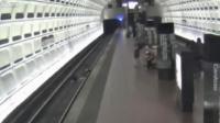 คลิป คนพิการนั่ง Wheelchair ตกลงรางรถไฟ