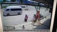 อุบัติเหตุ เฉียดฉิว เด็กโชคดีเกือบโดน บันไดล้มทับ