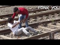 หนุ่มอินเดียคนนี้ทดสอบ ลองฆ่าตัวตายที่รางรถไฟ !