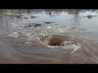 พลังธรรมชาติ คลิปน้ำวนที่ดูดทุกอย่างลงใต้น้ำ