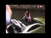 คลิป วินาทีกู้ภัยช่วยชีวิต สาวจีนขับรถตกคลอง ประเทศจีน