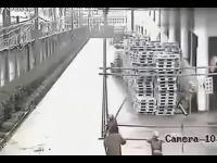 ไฟดูดขณะเคลื่อนย้ายโครงเหล็ก - ประเทศจีน ตายคาที่ 4 ศพ