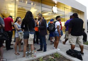 แฉความจริงในมุมมืด เบื้องหลังการต่อแถวยาวเหยียดเพื่อซื้อ iPhone 6