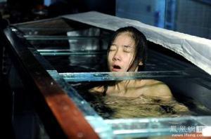 นักศึกษาสาวชาวจีน ลงทุนถ่ายแบบเปลือยหุ่น เพื่อนำเงินไป...?