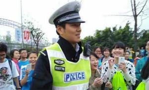หล่อเองช่วยไม่ได้ สาวจีนแห่กรี๊ด-ถ่ายรูปตำรวจหล่อ จนลืมวิ่งมาราธอน