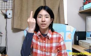 นิ้วกลาง ใน ภาษามือ ญี่ปุ่น