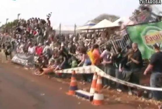 คลิป อัศจรรฒ์ถล่ม ขณะดูการแข่งขันรถ Drag Race