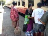 คลิป แบบนี้ก็มีด้วย วิธีขึ้นรถไฟ ของคนพม่าเขาหละ