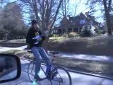 คลิป ขี่จักรยานกลับหลัง เล่นกีต้าไปด้วย เก่งอะ