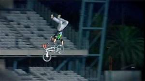 คลิป โชว์ปั่นจักรยานตีลังกา ปล่อยมือ คนแรกของโลก