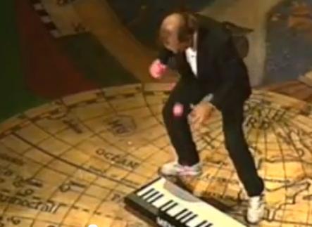 การเล่นเปียโนสุดเจ๋งโดยใช้ลูกบอล