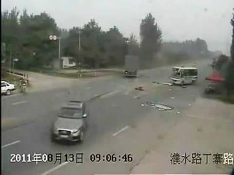 รถเมล์ นรก เละ ชน สยอง จีน อัด รถพ่วง ตัดหน้า ซิ่ง ท้า ตาย กระเด็น หลุด ถนน บ้า