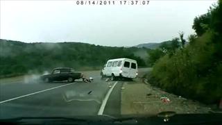 คลิป อุบัติเหตุสลดใจ รถชนพ่อลูกกระเด็นออกนอกรถ