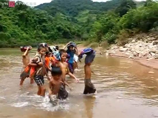 สะเทือนใจ  เด็ก เวียดนาม ว่ายน้ำ ลำธาร โรงเรียน แก้ผ้า ข้ามฟาก เรียนหนังสือ ลำบา