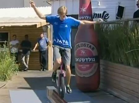 คลิป ทำได้ไง! หนุ่มเมืองเบียร์ปั่นจักรยานล้อเดียวบนขวดเบียร์