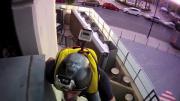 แก๊งหนุ่มกล้าบ้าบิ่น กระโดดร่มจากลิฟต์โรงแรม