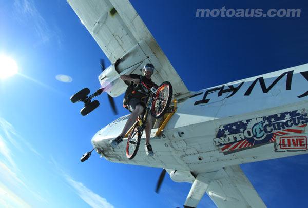 คลิป ลีล่าจักรยานกลางอากาศของแท้