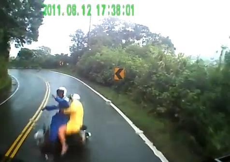 แหกโค้ง ชน รถบรรทุก เจ็บ อุบัติเหตุ น่ากลัว ถนนลื่น ประมาท