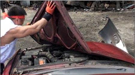 สตรีทไฟเตอร์ตัวจริง! หนุ่มญี่ปุ่นพังรถทั้งคันด้วยมือเปล่า