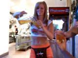 คลิป สาวเสิร์ฟ เล่นฮูลาฮูบเสิร์ฟเบียร์ เล่นไปรินเบียร์ไป แหม แหล่มจริงๆ