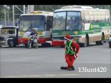 ตำรวจจราจรฟิลิปปินส์ แต่งชุดซานต้า โบกรถกลางสี่แยก