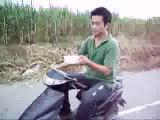 ขี่สกู๊ตเตอร์ สกู๊ตเตอร์ รถจักรยานยนต์ นายแน่มาก หนุ่มจีน เออเอ็งเก่ง