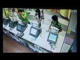 คลิป ชายเกาหลีโหด รุมทำร้าย 2 สาวจีนเละคาเคเอฟซี