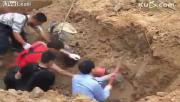 คลิป ข่าว, เร่งขุดช่วยคนงานโดนดินถล่มทับ, จีน, คนงานจีน ,ดินถล่ม