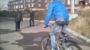 คลิป สมน้ำหน้า ปั่นจักรยานไปตบหัวชาวบ้านเขา ดันล้มซะเอง