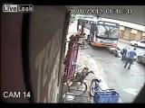 คลิป มอเตอร์ไซค์ วิ่งตัดหน้ารถบัส โดนชนกระเด็น ไม่รู้จะเป็นหรือตาย