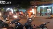 สาวเวียดนามเล่นเสียว จุดกองไฟบนถนนเต้นโชว์ กันเลยทีเดียว